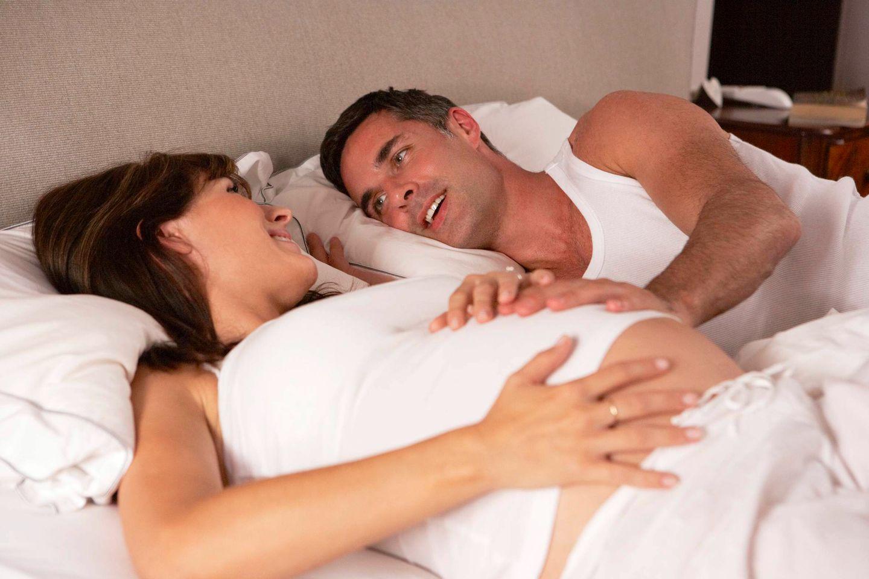 Hamile Kadın Yatakta Kocasıyla Yatıyor