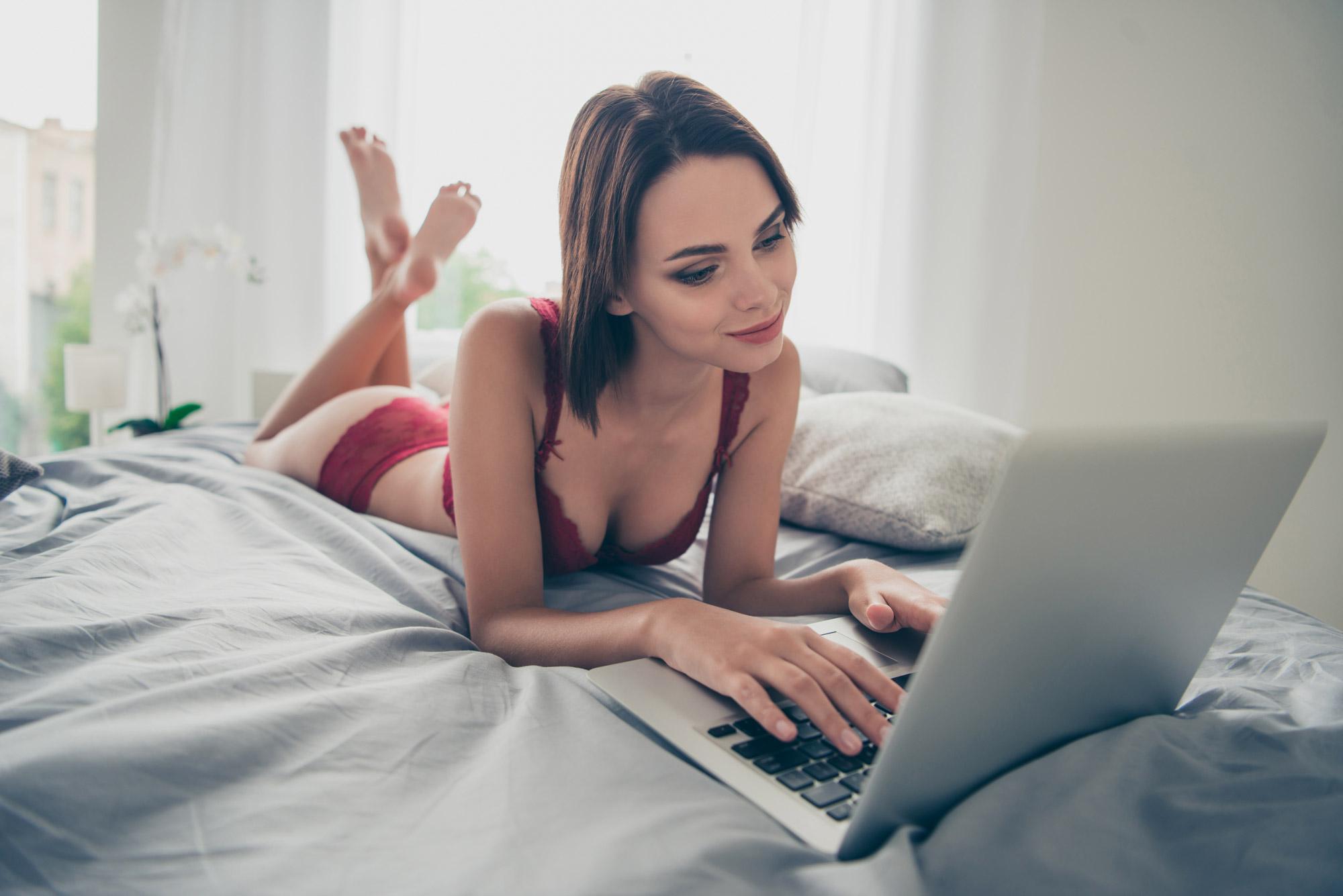 Yatakta Uzanan Kadın Bilgisayarda Sanal Seks Yapıyor
