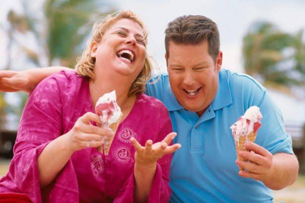 Şişman Çift Dondurma Yiyor