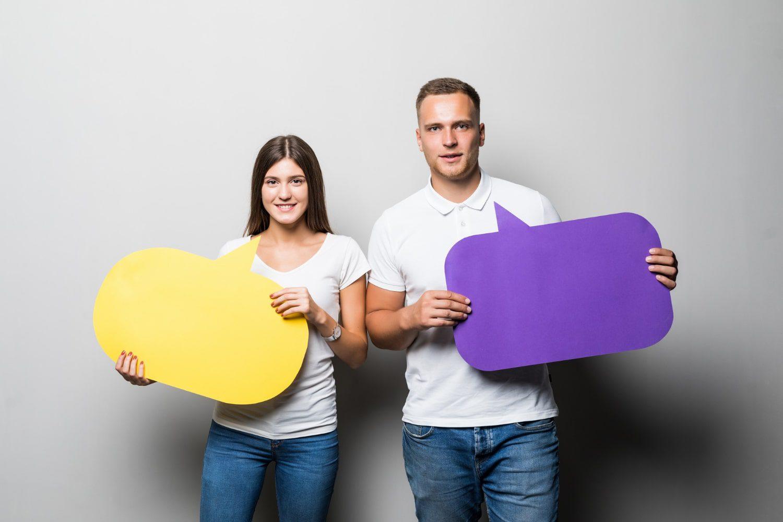 Konuşma Balonlarıyla Birlikte Poz Veren Çift