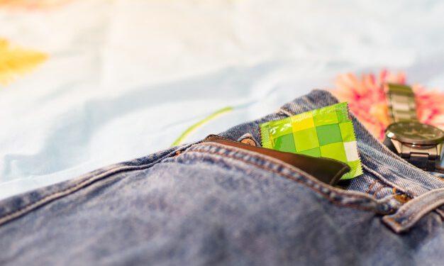 pantolonun cebindeki aksesuarlar cüzdan prezervatif