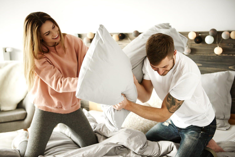 Yatak Odasında Yastıklarla Savaş Yapan Çift